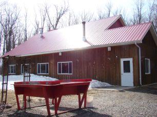 Cabane rouge - Tire d'érable sur la neige